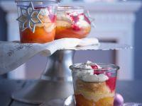 Überbackenes Pfirsichkompott mit Sahne und Himbeersoße