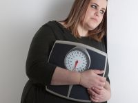 Diskriminiert: Traurige Frau mit einer Waage