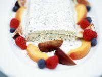 Vanille-Eis mit Mohn und Früchten