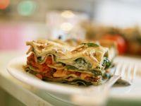 Vegetarische Lasagne mit Tomaten und Spinat