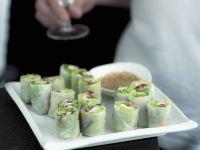 Vietnamesische Reispapierpäckchen mit Sesamdip