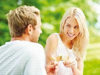 Mann und Frau stoßen mit Wein an