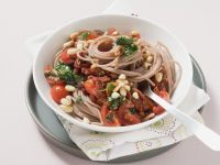 Vollkornnudeln mit Tomaten, Kräutern und Pinienkernen