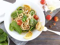 Pasta mit frischer Tomatensauce, Blattspinat und gehackten Mandeln