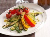 Warmer Salat von gegrilltem Gemüse mit Zitronenthymian