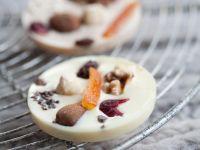 Weiße Schokotaler mit Früchten und Nüssen