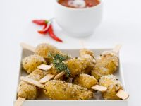 Würzige Kräuter-Salzkartoffeln mit Chilisoße