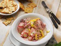 Wurstsalat mit Käse, Radieschen und Zwiebeln