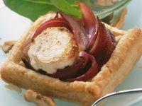 Ziegenkäse-Küchlein mit Balsamico-Zwiebeln