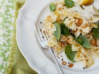 Zitronen-Pasta mit Basilikum und Pinienkernen