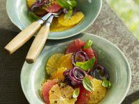 Zitrusfrüchtesalat mit roten Zwiebeln