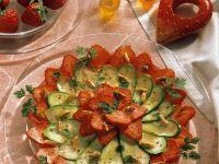 Zucchini-Erdbeer-Carpaccio mit Pinienkernen