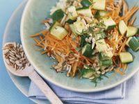 Zucchini-Karotten-Rohkost mit Apfel und Sonnenblumenkernen