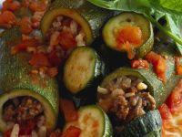 Zucchini mit Hackfleisch und Gemüse gefüllt