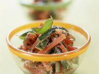 Zucchini-Möhren-Rohkost mit Mandeldressing