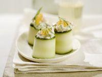 Zucchiniröllchen mit Fischsalat gefüllt