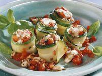 Zucchinistreifen mit Mozzarella und Tomate