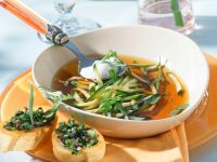 Zucchinisuppe mit Oliven-Crostini