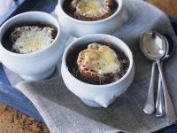 Zwiebelsuppe mit überbackenem Vollkornbaguette