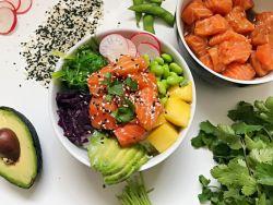 Fitmelonies Poké Bowl mit Reis, Fisch und Gemüse