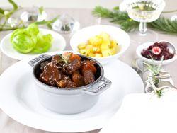 Hirschgulasch mit Rosmarin-Kartoffelwürfeln und Cranberry-Apfel-Relish
