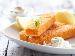 Ist der Fisch knusprig ummantelt, mag ihn jedes Kind. Doch sind Fischstäbchen gesund?