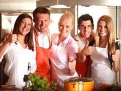 Gemeinsam Kochen macht Spaß und hebt die Stimmung.