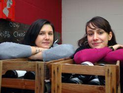 Winzerin Karoline Gaul mit ihrer Schwester Dorothee