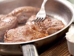 Scharfes Anbraten schließt die Poren des Fleischs.