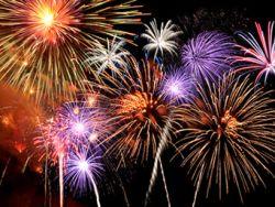 Silvesterbräuche sind weltweit verschieden. In Deutschland lässt man Feuerwerk steigen.