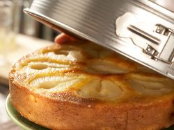 Das Stürzen löst den Kuchen aus der Form.