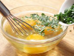 Rührei besteht aus verquirlten Eiern.
