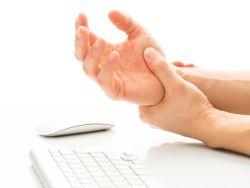 Schmerzende Hand bei der Arbeit an der Tastatur