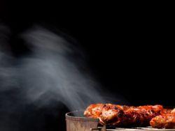 Beim Braten von Flisch steigt häufig Rauch empor. © Buntbarsch