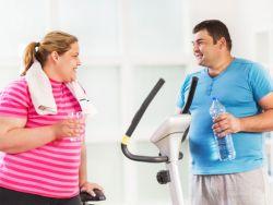 Übergewichtiges Paar macht eine Pause beim Sport