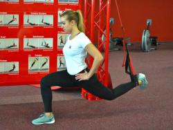 Frau im Fitnessstudio trainert die Beine