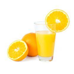 Glas Orangensaft mit einigen Orangen daneben