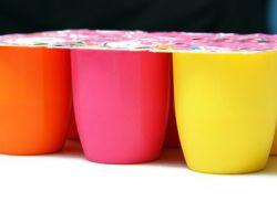 Fruchtjoghurt in kleinen farbigen Bechern