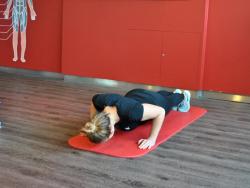 Frau macht Liegestütz im Fitnessstudio