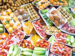 Obst und Gemüse in Plastikverpackungen