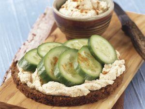 Brot mit Erdnussaufstrich und Gurken