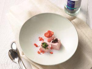 Bunte Würfel von Vanille-Erdbeer-Parfait