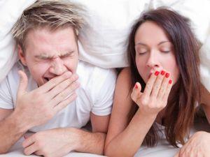 Wintermüdigkeit - Paar im Bett