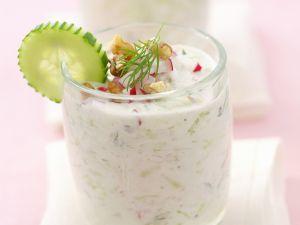 Joghurtsuppe mit Gurken und Radieschen