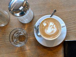 Cappuccino mit Zucker und Wasser