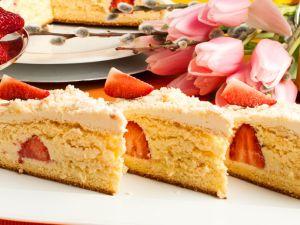 Kokos-VERPOORTEN-Torte mit frischen Erdbeeren