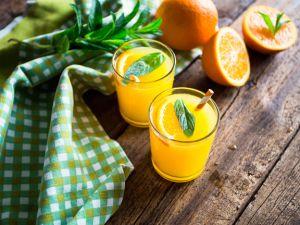 orangensaft-auf-einem-holztisch