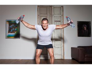 Ralf Moeller trainiert mit Wasserflaschen