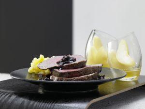 Rinderfilet-Sauerbraten – smarter mit Kirschsauce und Senfbirnen