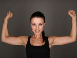 Sportliche Frau mit schlanken Oberarmen